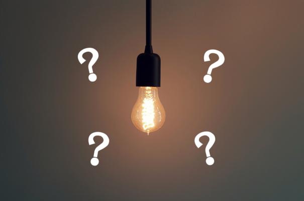 電球の周りに疑問符