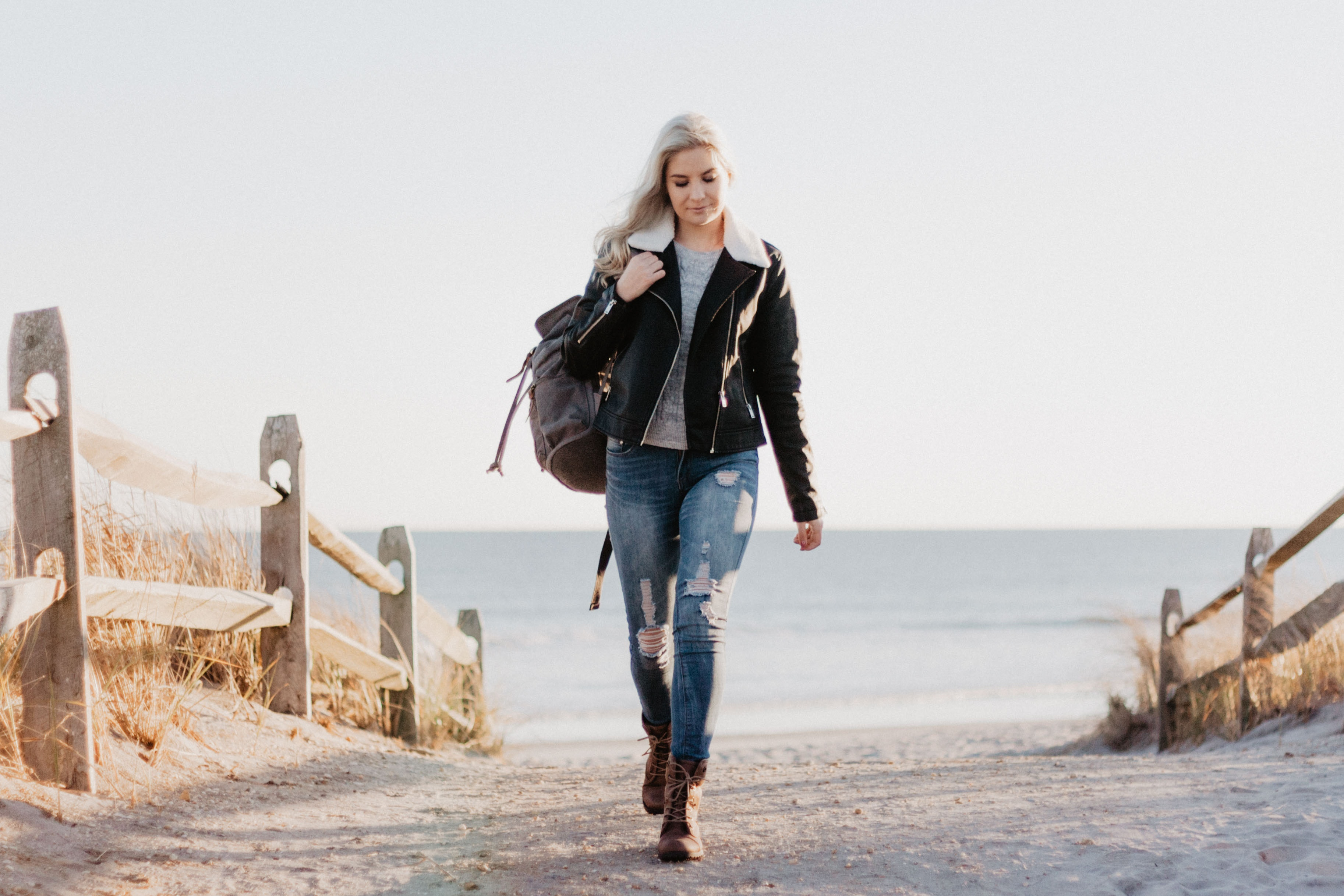 海から歩く女性