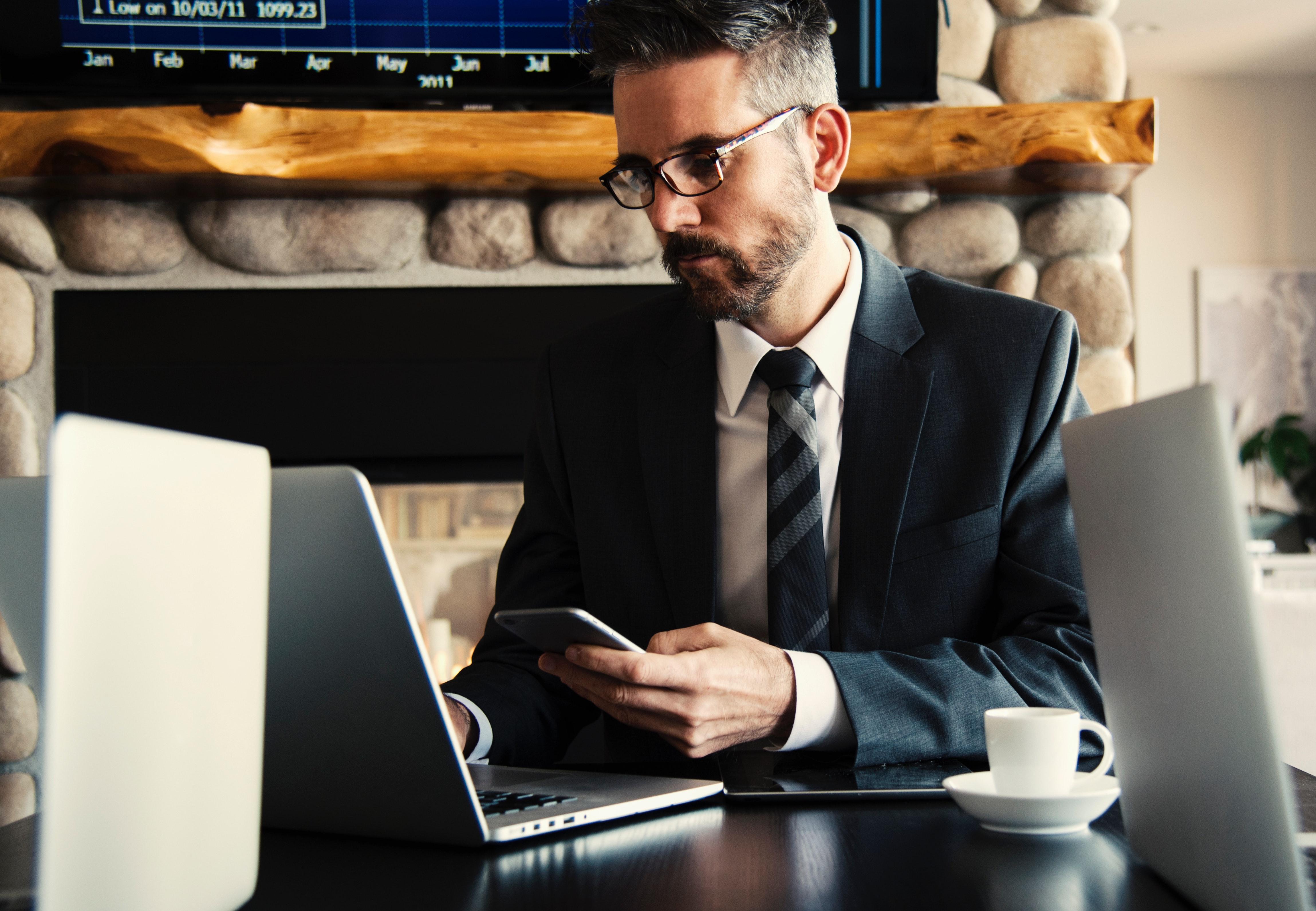 パソコンと暗い男性