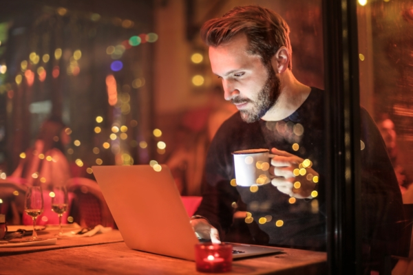 落ち着いた雰囲気でパソコンを触る男性