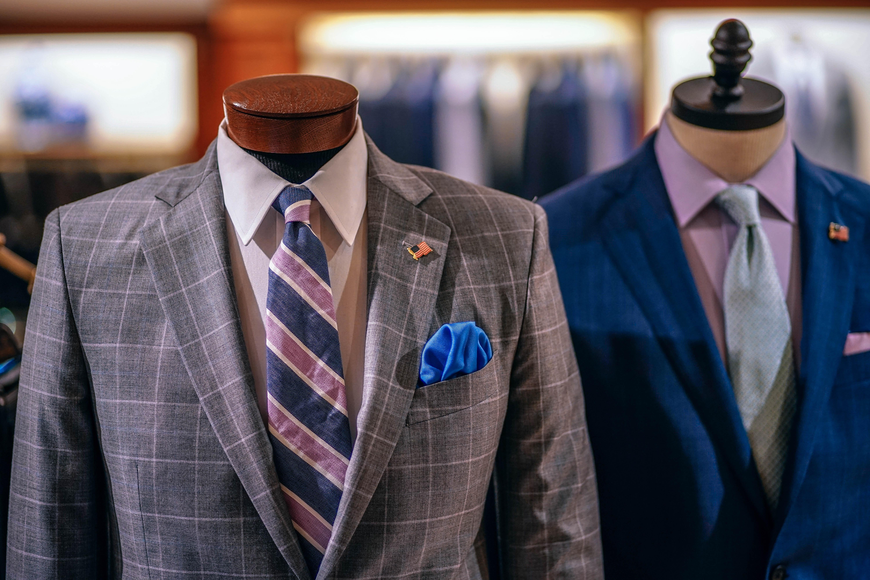 グレーとネイビー色のスーツ