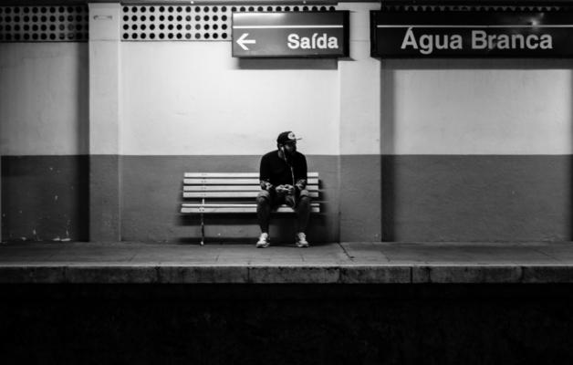 電車を待っている男性