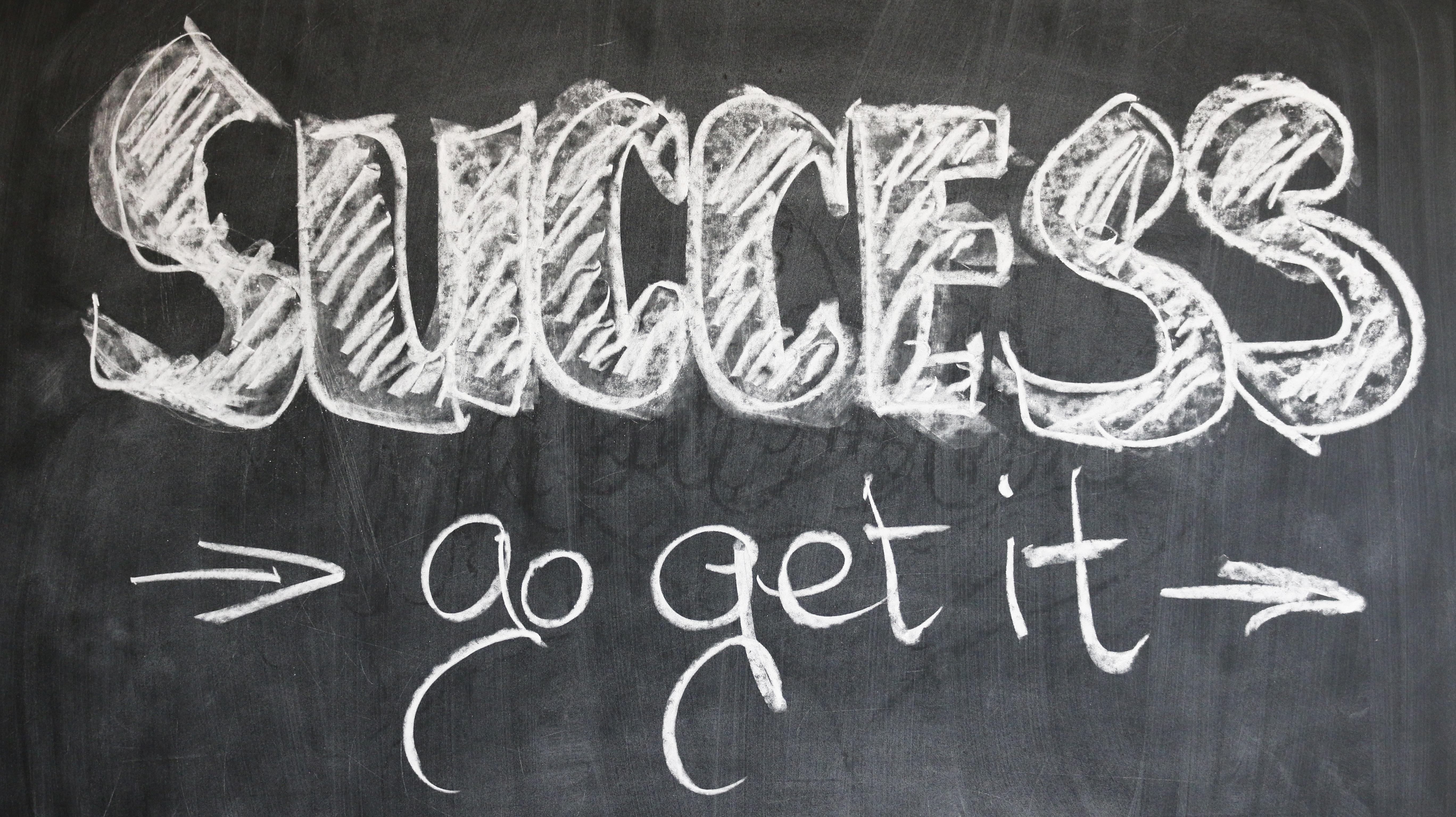 黒板に「SUCCESS go get it」の文字