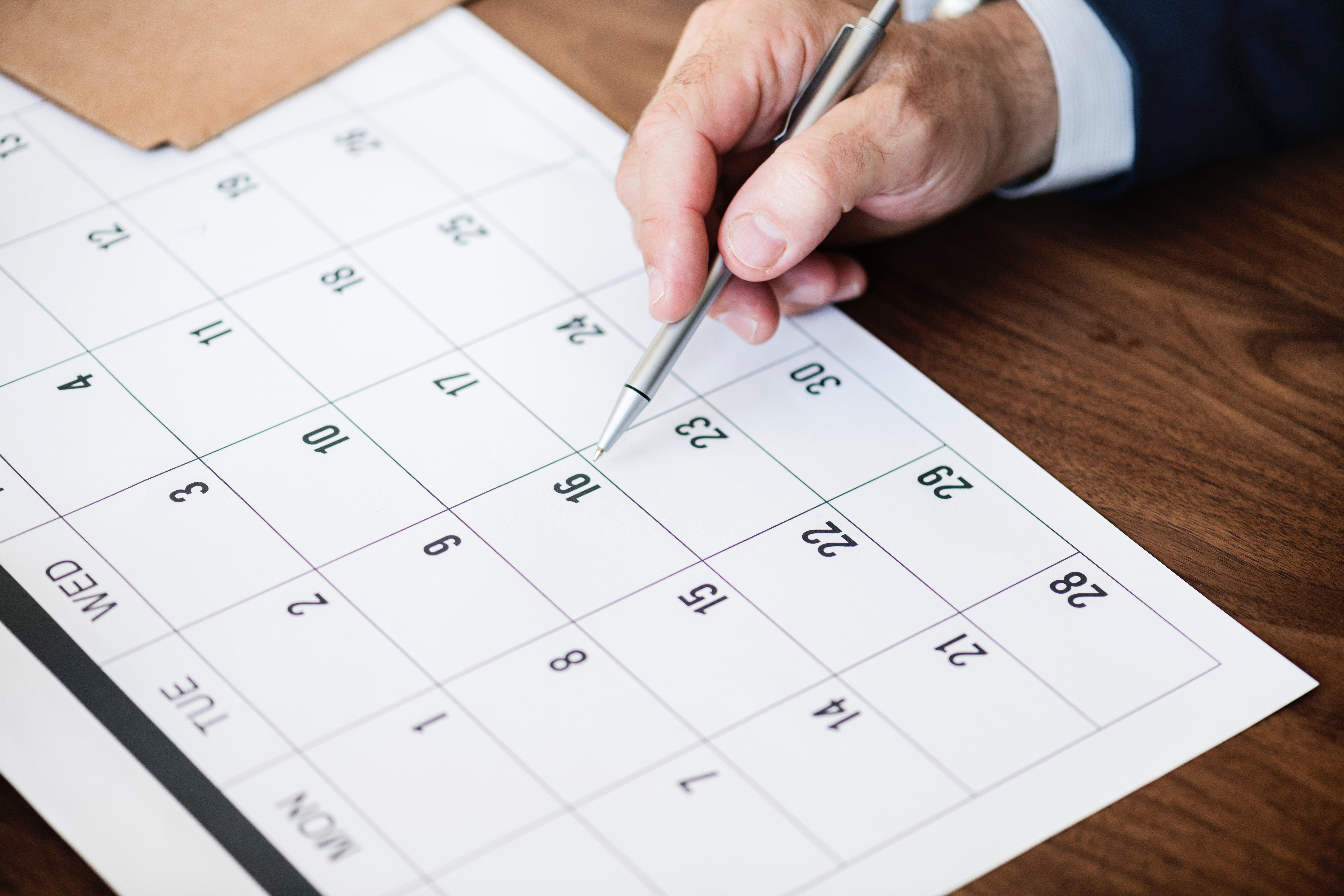 カレンダーと向き合う男性