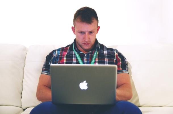 パソコンとゴリゴリ男性