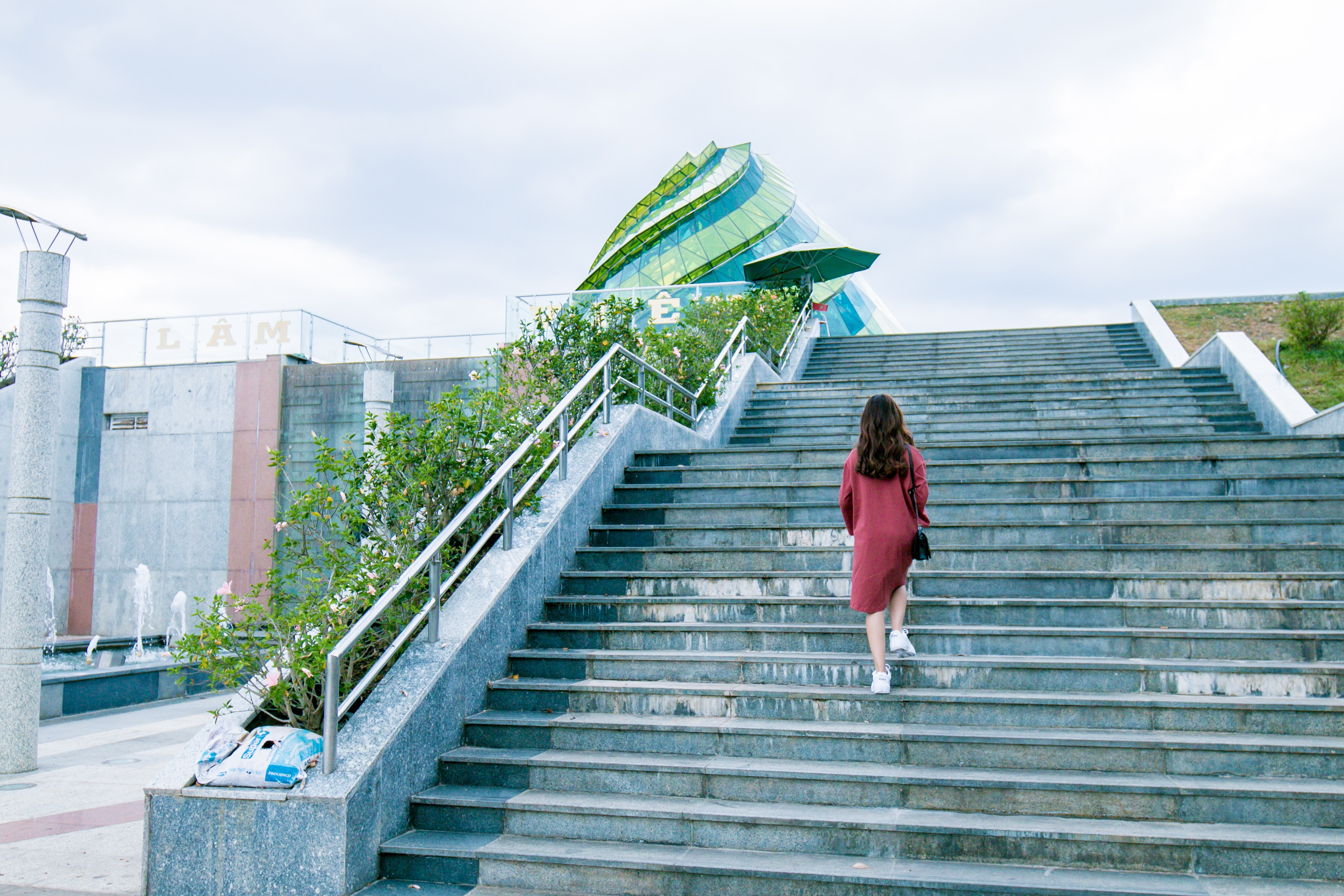 階段とピンクの女性