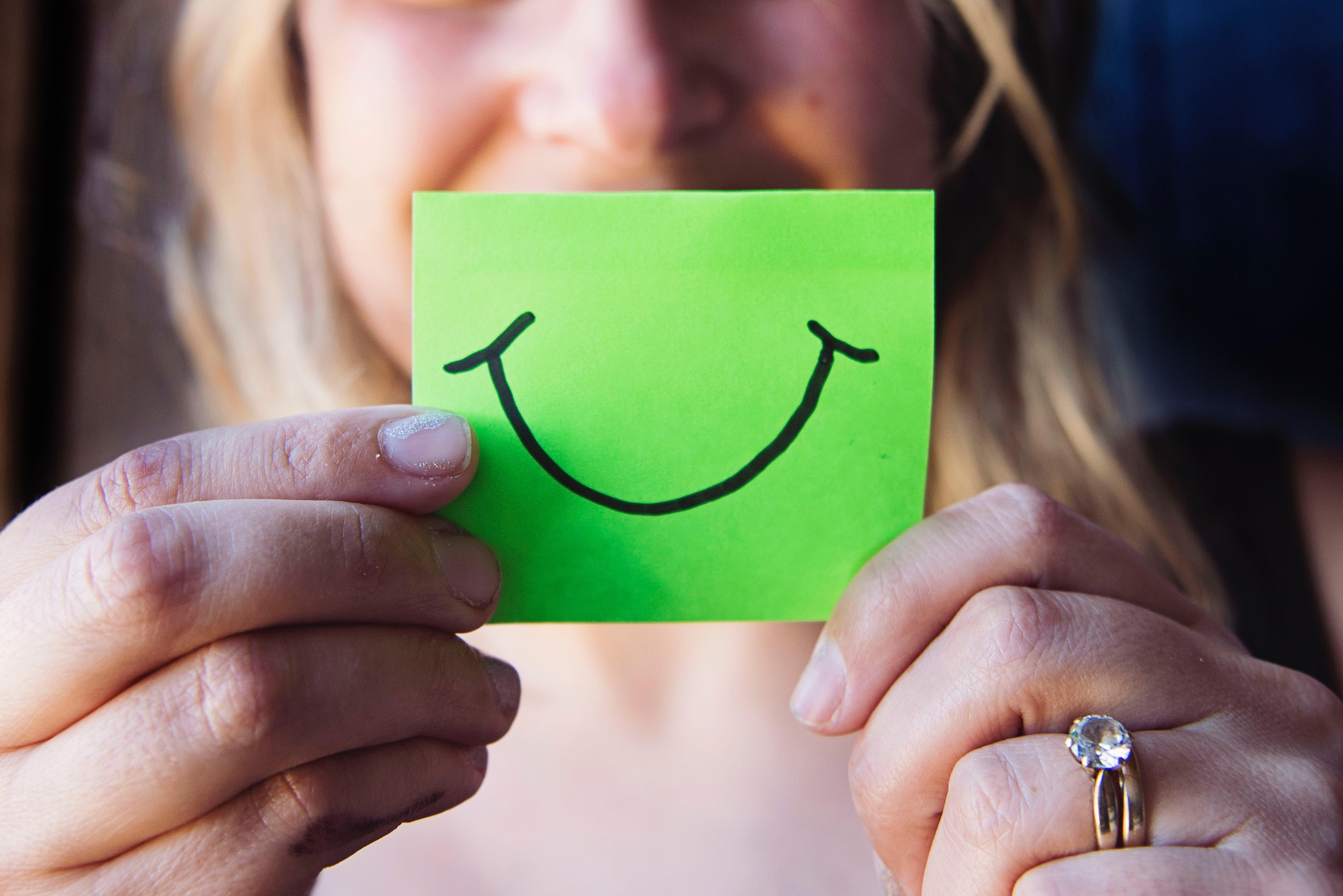 緑のポストイットと笑顔