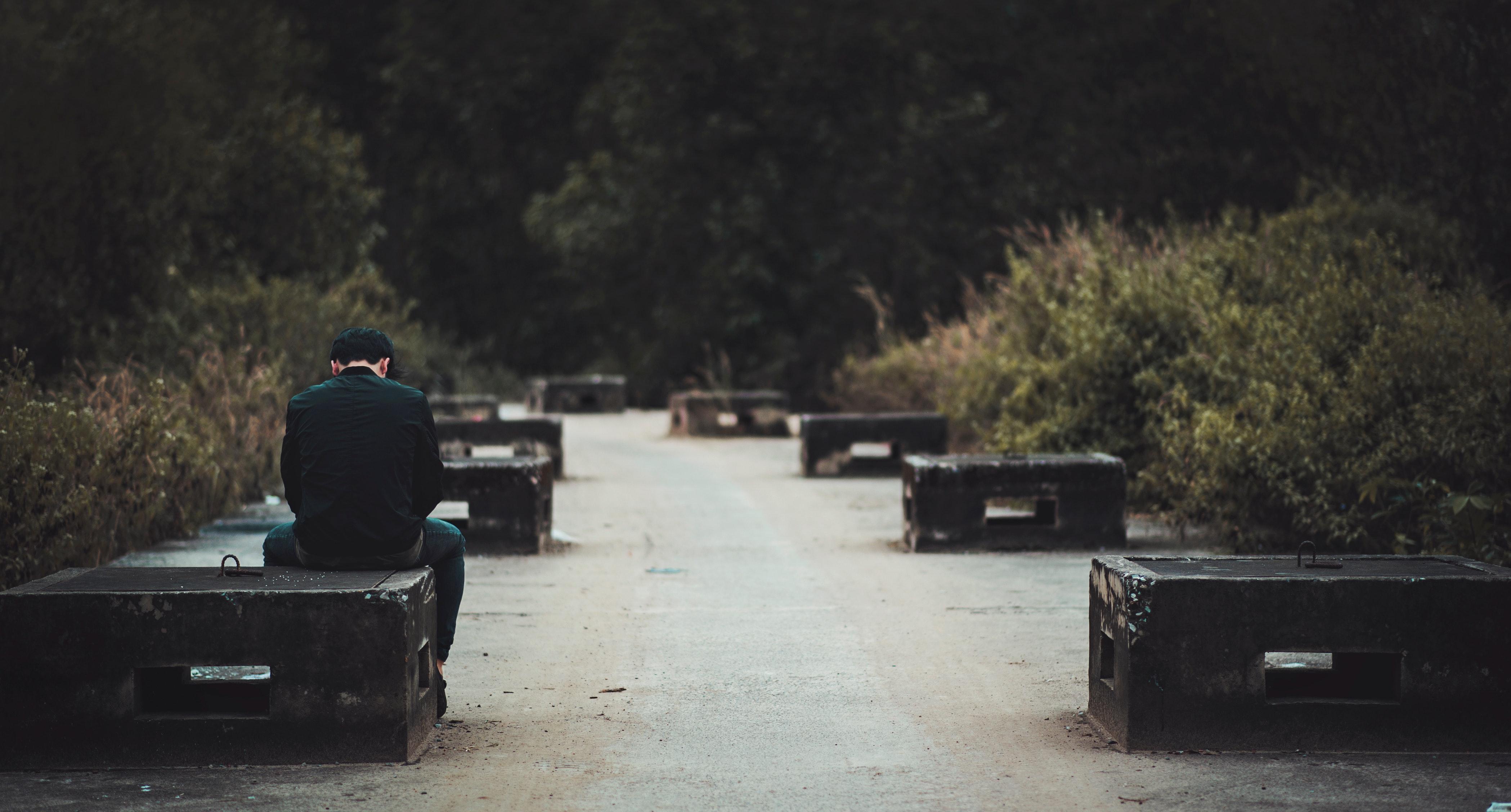 広場とベンチと背中