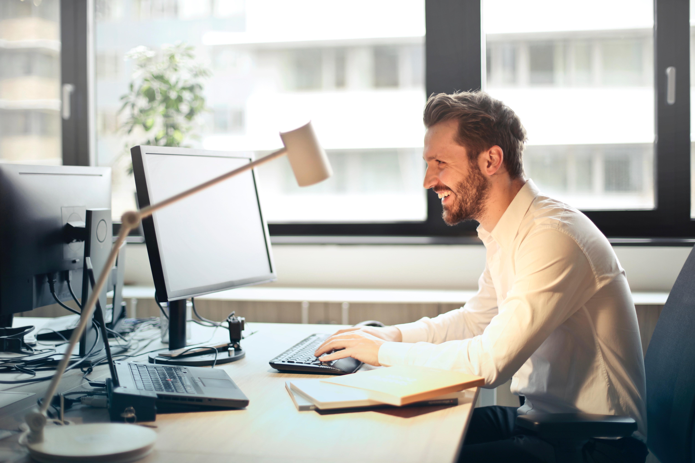 笑顔とパソコンと男性
