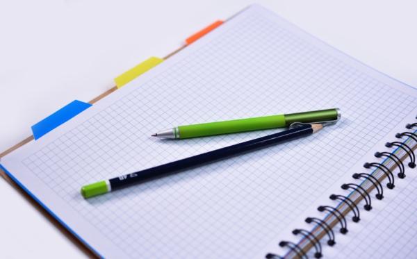 緑のペンとノート