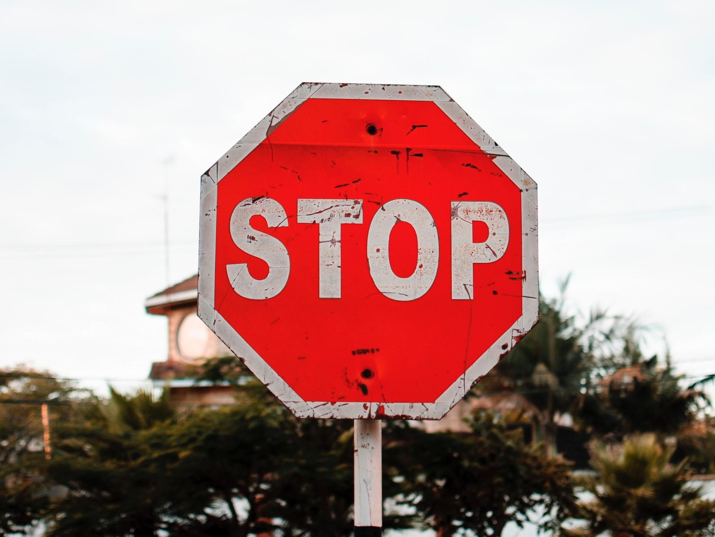 「STOP」の標識