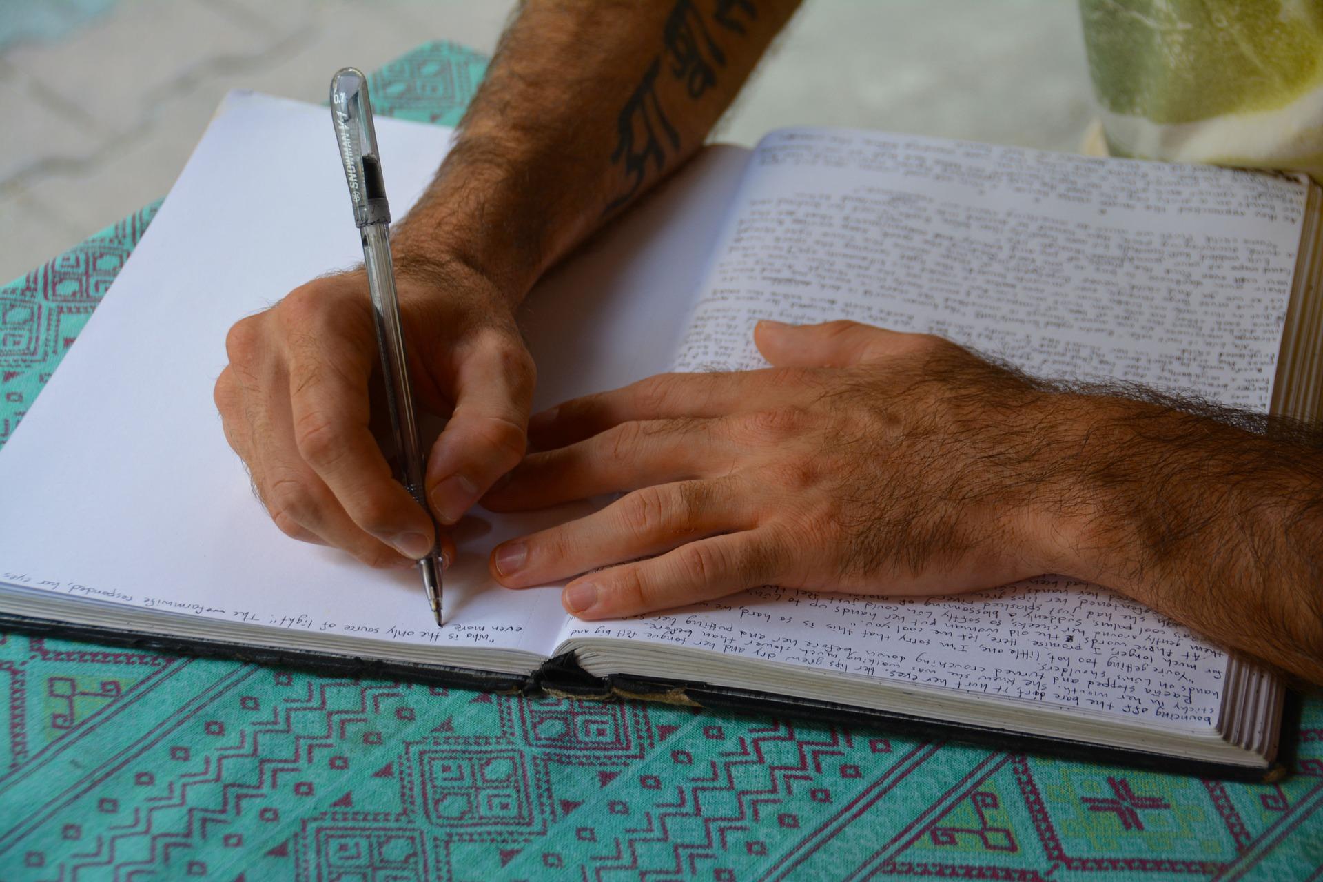毛深い手とノート