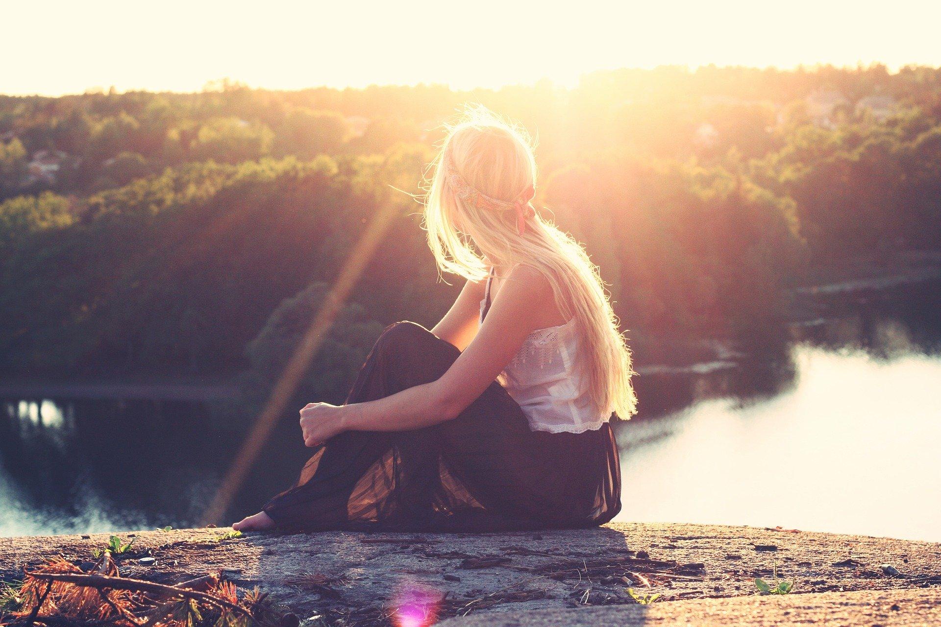 夕日と女性と湖