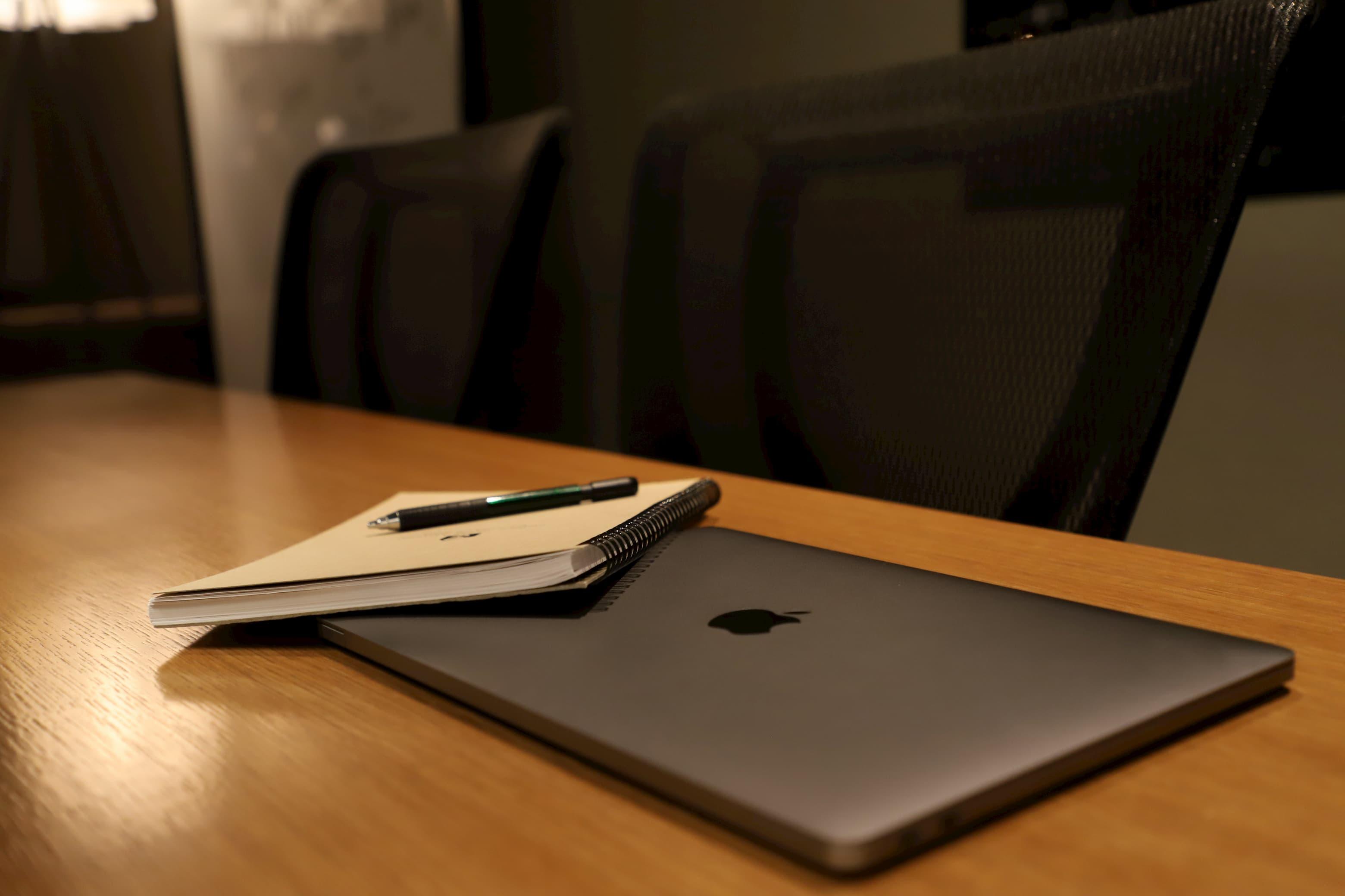 Macbookとメモ、ペン