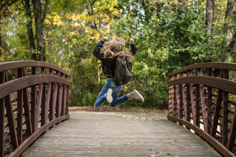 橋の上でジャンプする女の子