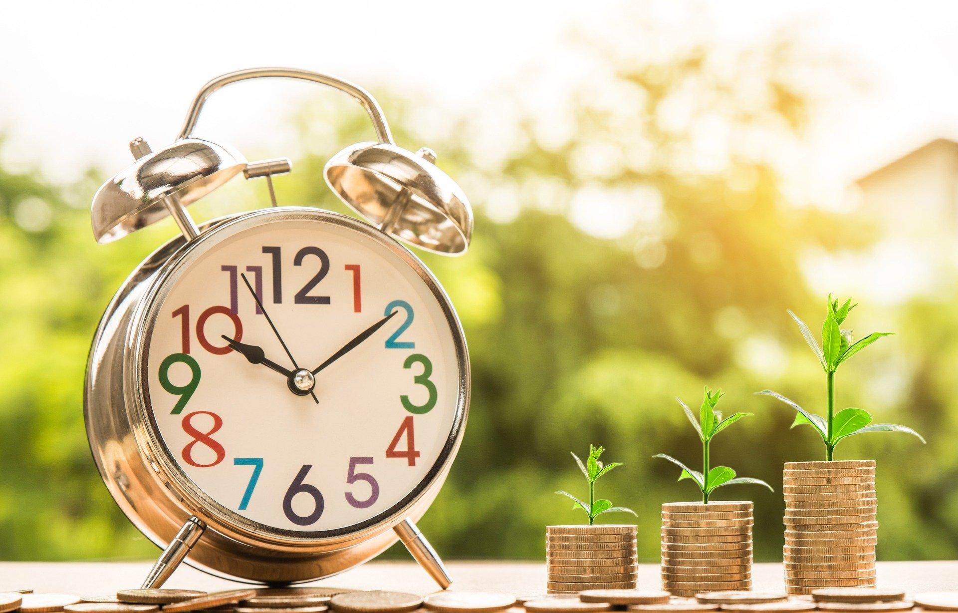 お金と目覚まし時計