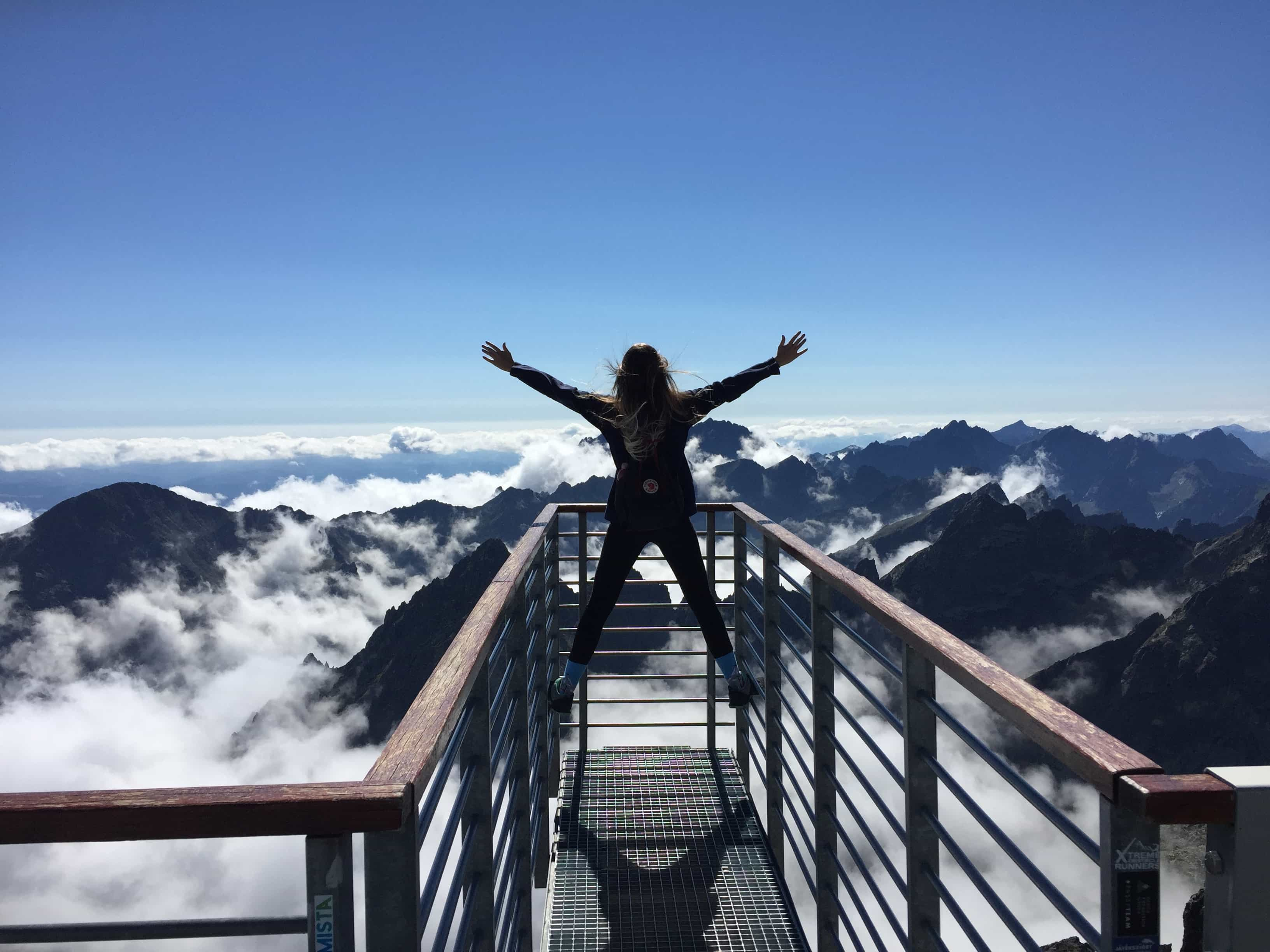山頂でポーズを取る女性