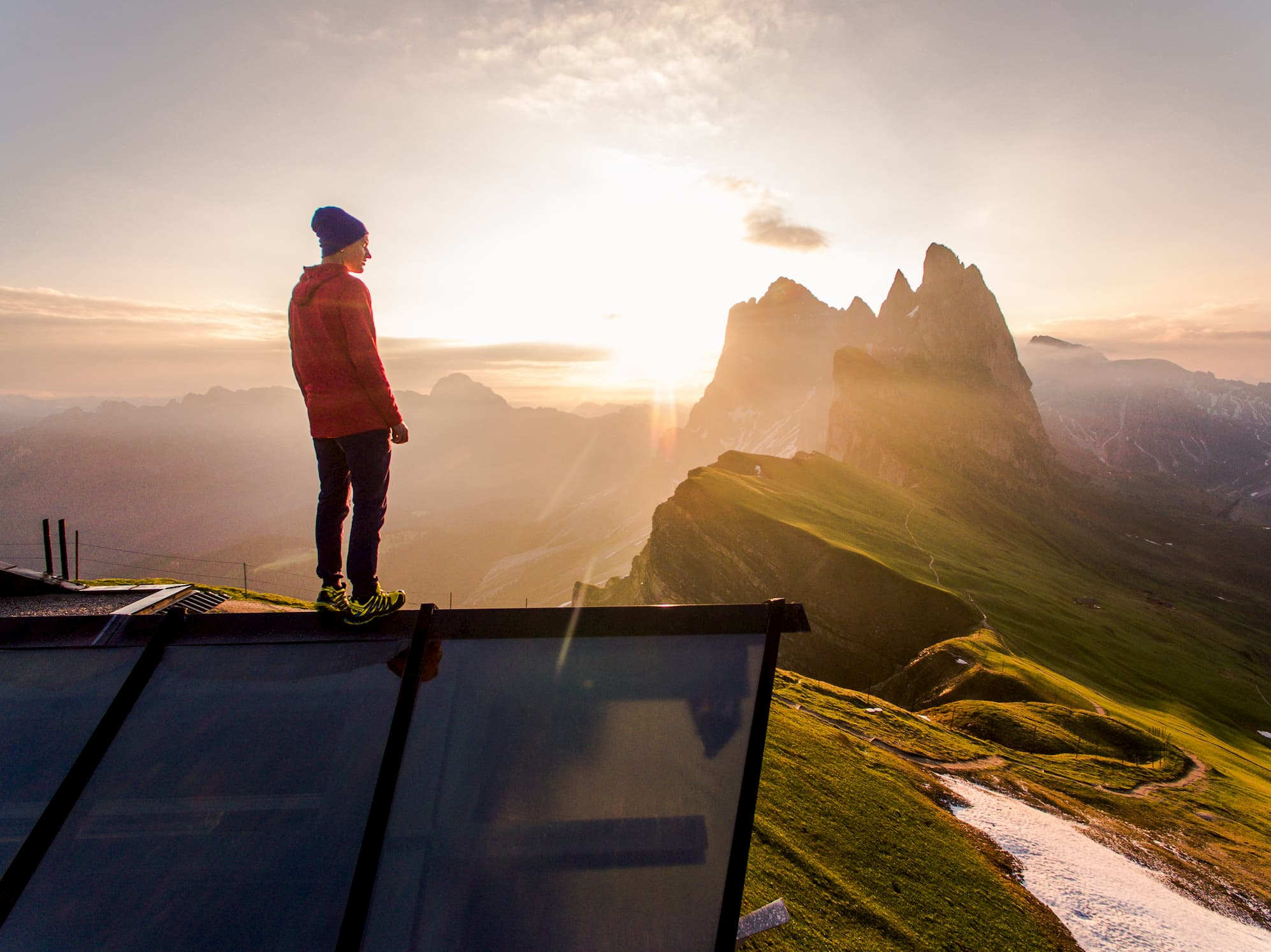 山頂から空を見つめる男性