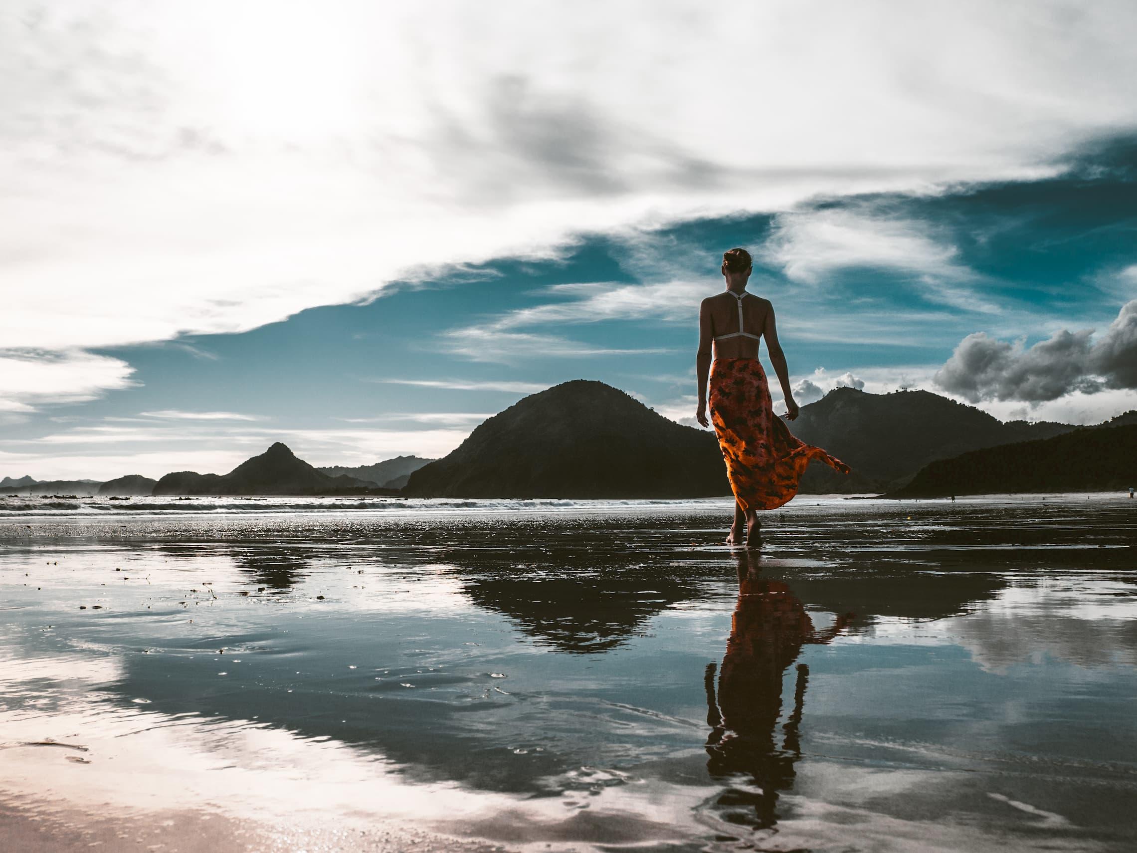 きれいな景色を見ている女性
