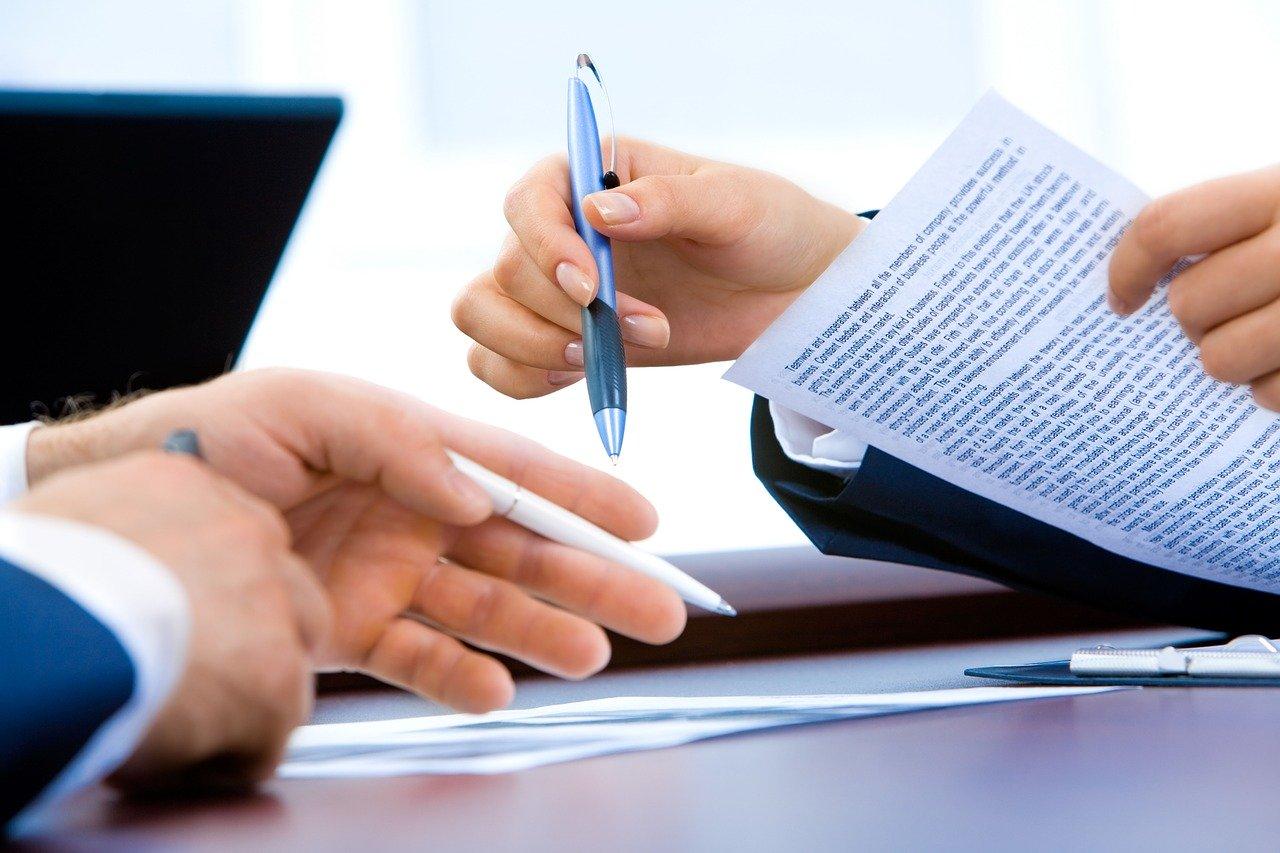 手とノートとパソコン