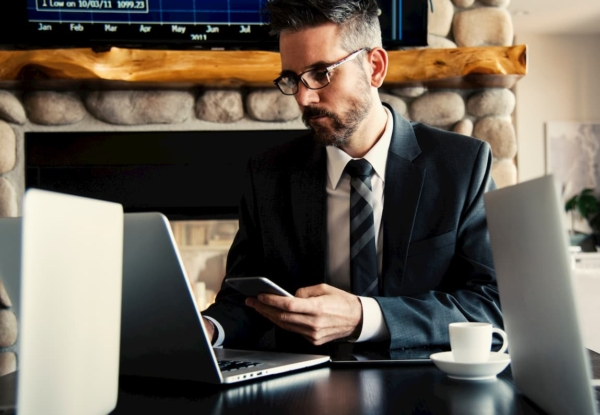 スーツで働く男性