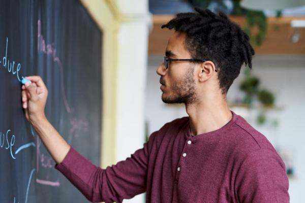 黒板で計画を立てている男性