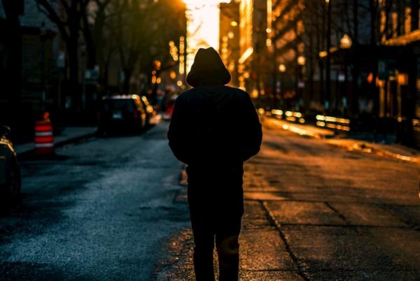 うつむきがちで歩く男性