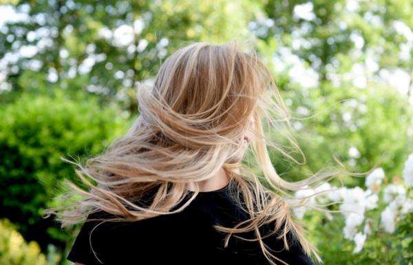 金髪・ロングヘアーの女性