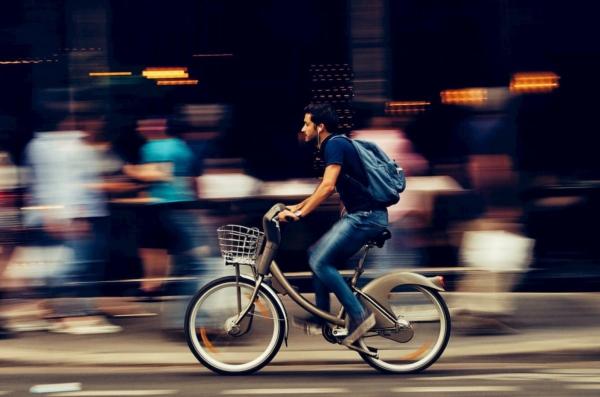 自転車に乗って疾走する男性