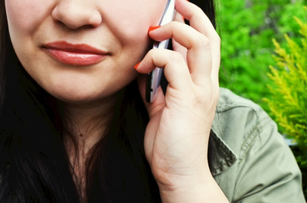 携帯電話を持つ女性