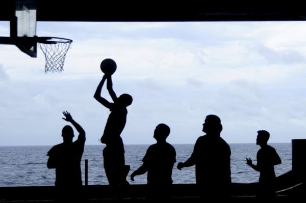 バスケットボールをやる人々