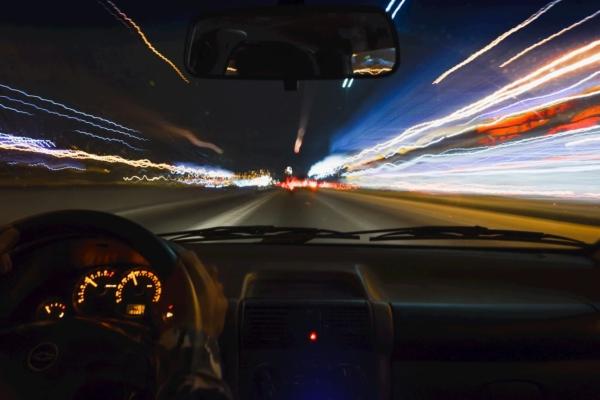 スピードを出す車